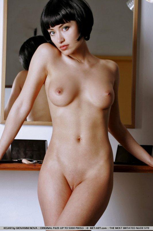 голая брюнетка со стрижкой каре
