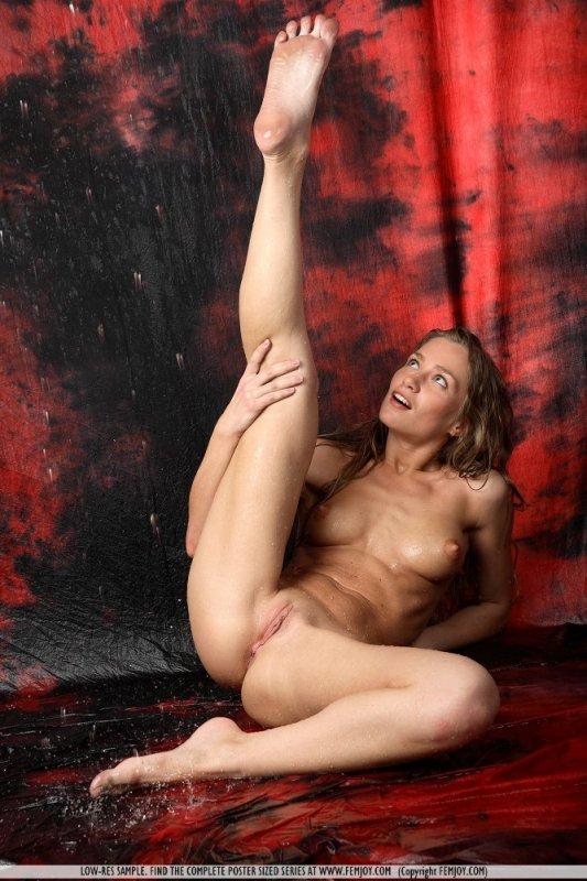 Голая гимнастка со спортивными формами.