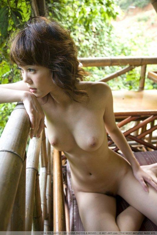 Маленькая японка с большими сиськами.