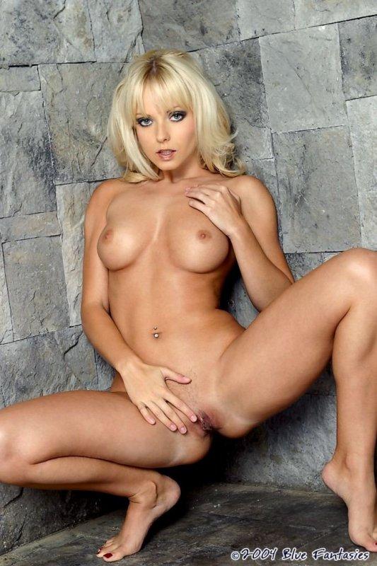 Шикарная голая блондинка и ее нежная киска.