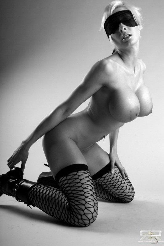 Черно белое эротическое фото дамы с огромной грудью в чулках.