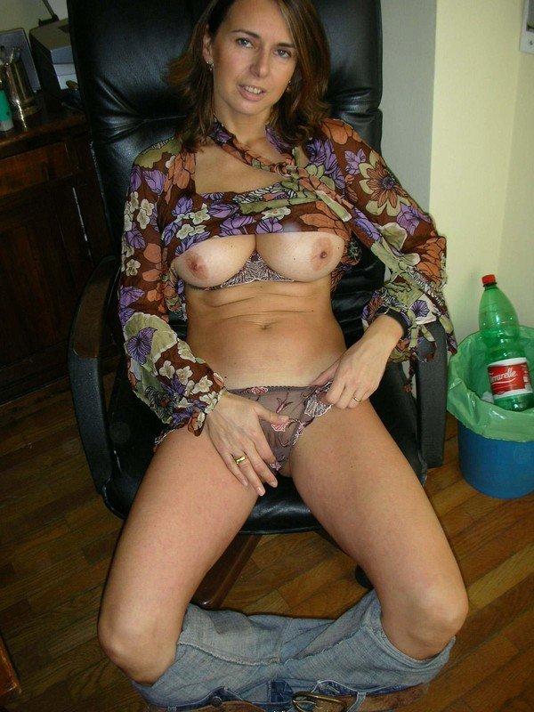 Зрелая мамаша приспустила штаны и закатила блузку
