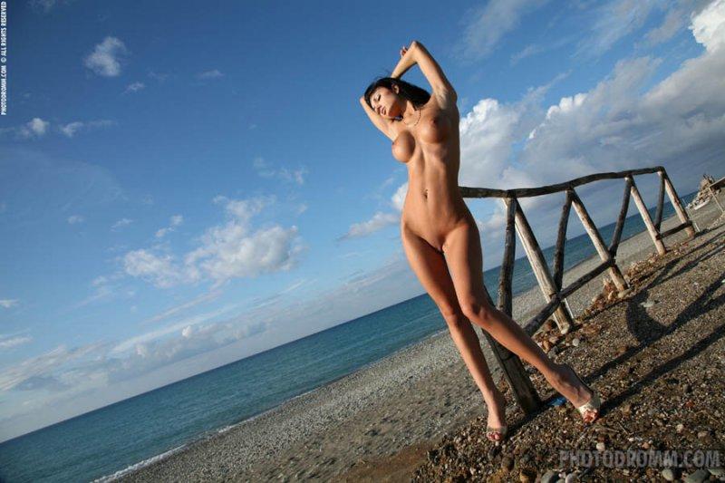 фото голых девушек на пляже брюнетки