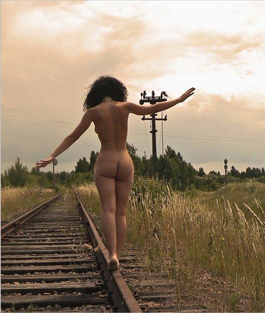 Жена голые девушки на железнодорожных путях очереди садятся лицо