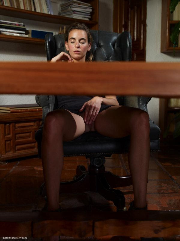 Смотреть бесплатно онлайн ролики мастурбирующих девушек в колготках без трусов