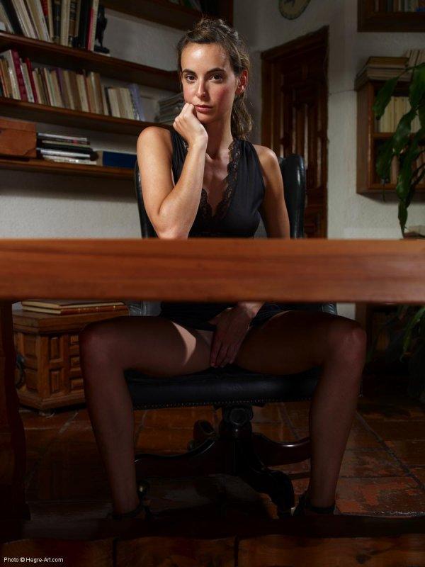 рука под столом фото