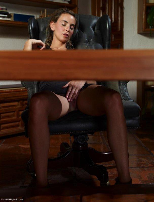 Порно под юбкой в офисе