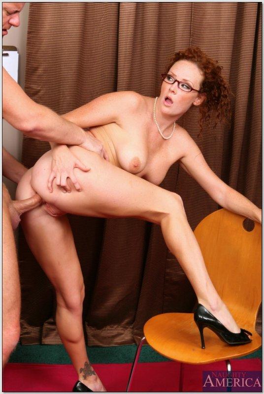 босс трахнул свою рыжую секретаршу