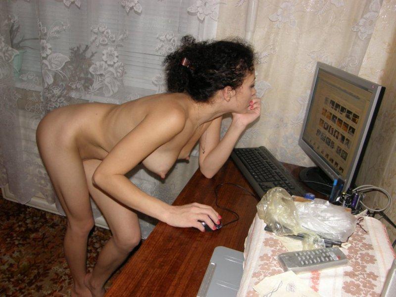 Голая сидит за компом онлайн в хорошем hd 1080 качестве фотоография