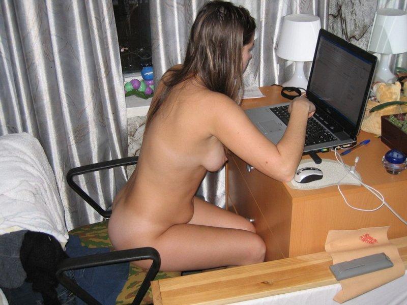 russkaya-devushka-igraet-kompyuter-porno
