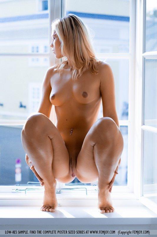 голые женщины на корточках фото