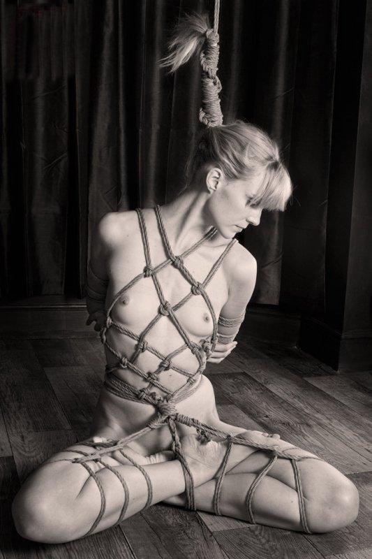 Красивые голые связанные женщины 8