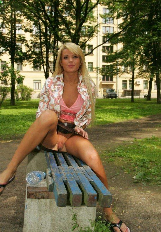 порно фото девушки показывают что у них под юбками