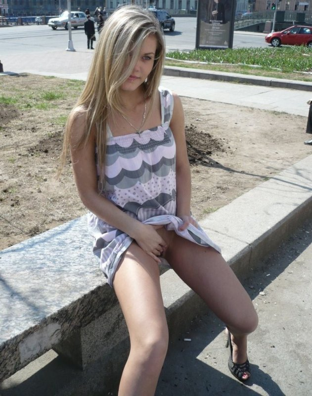 Девушка показывает всем прохожим свою киску фото 348-728
