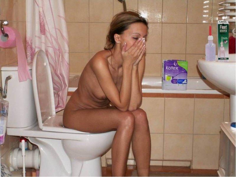 фото девушки в туалете дома