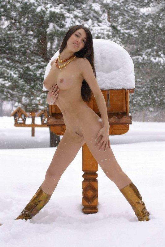 Девушки голышом в снегу фото