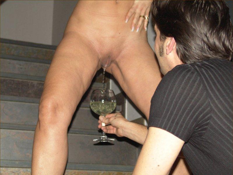 Порно пьют мочу бокалами из подруги онлайн