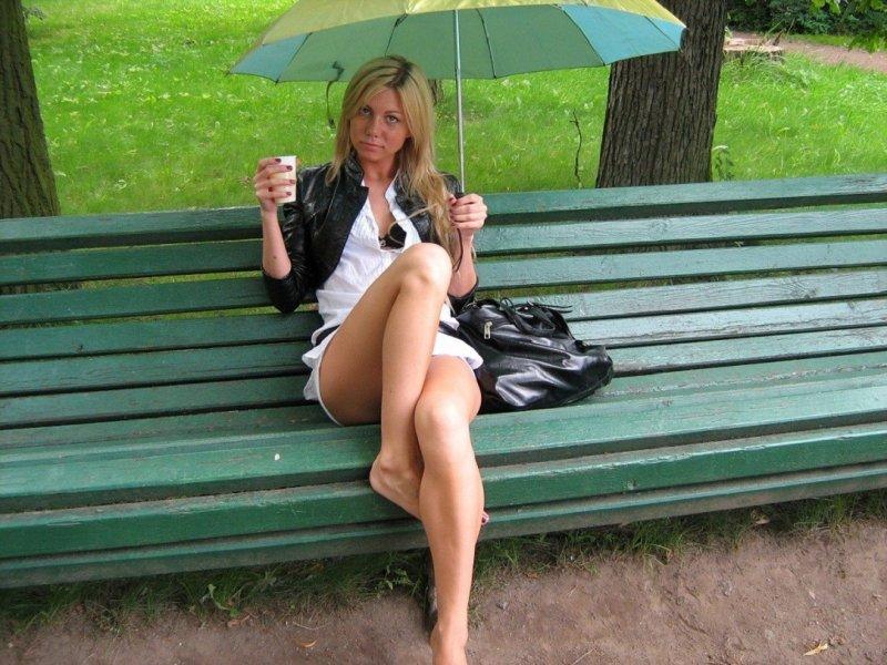 Порно фото в парке под юбкой