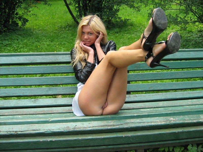 фото голых в юбках