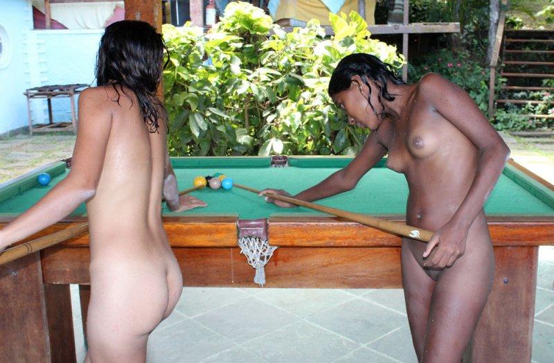 девушки играют в бильярд голые