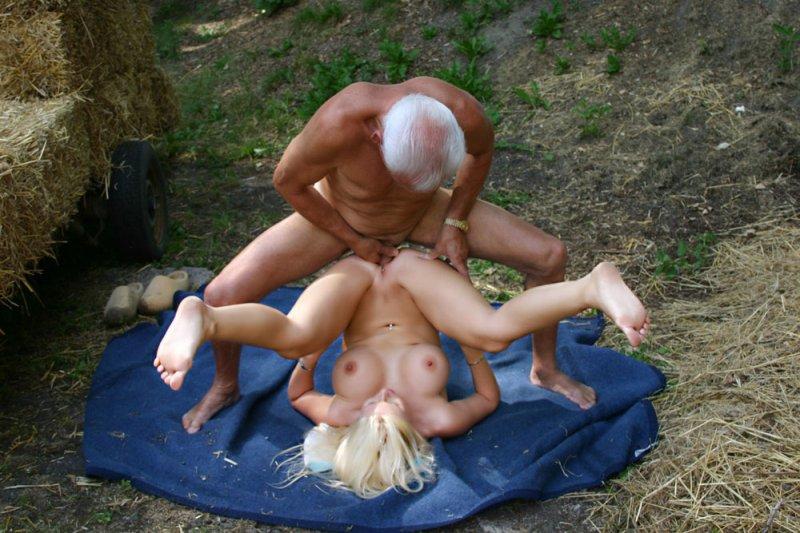 Порно дед трахнул девку на сеновале фото 310-369