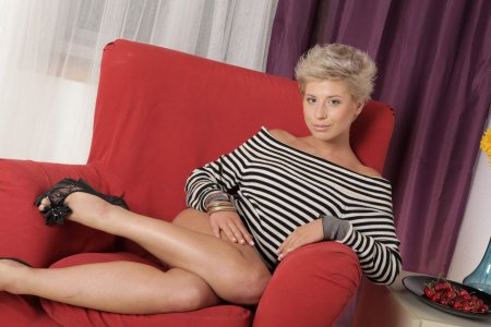 Короткостриженная блондинка демонстрирует свою киску