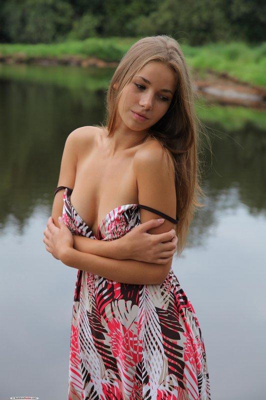 Обнаженная красавица на берегу озера фото 238-559
