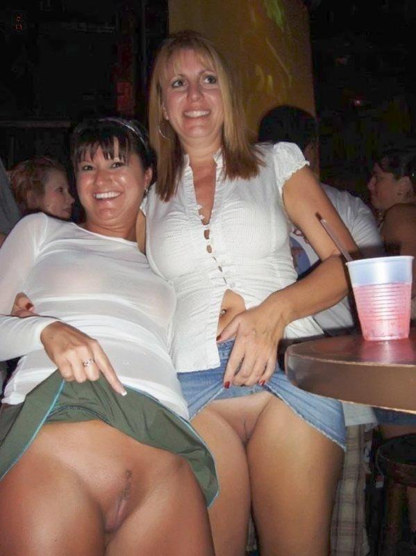 подглядивание под юбку фото без трусов