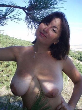женщина с огромной грудью делает минет
