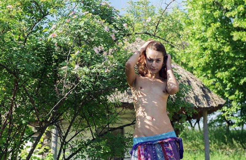 голые девушки в деревне летом фото