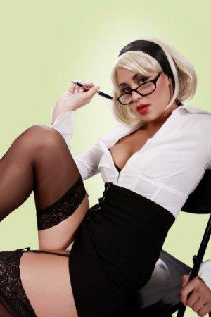 блондика в очки и с белых колготках
