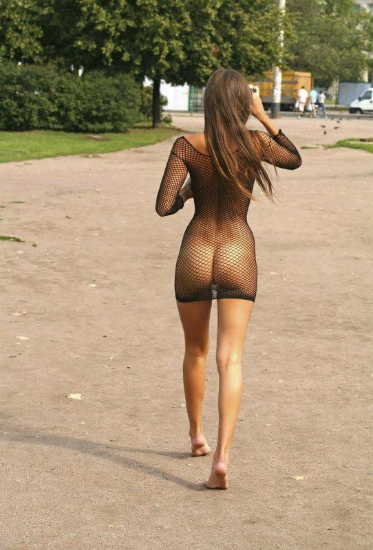 Девушка в прозрачном платье на голое тело на улице фото 512-949