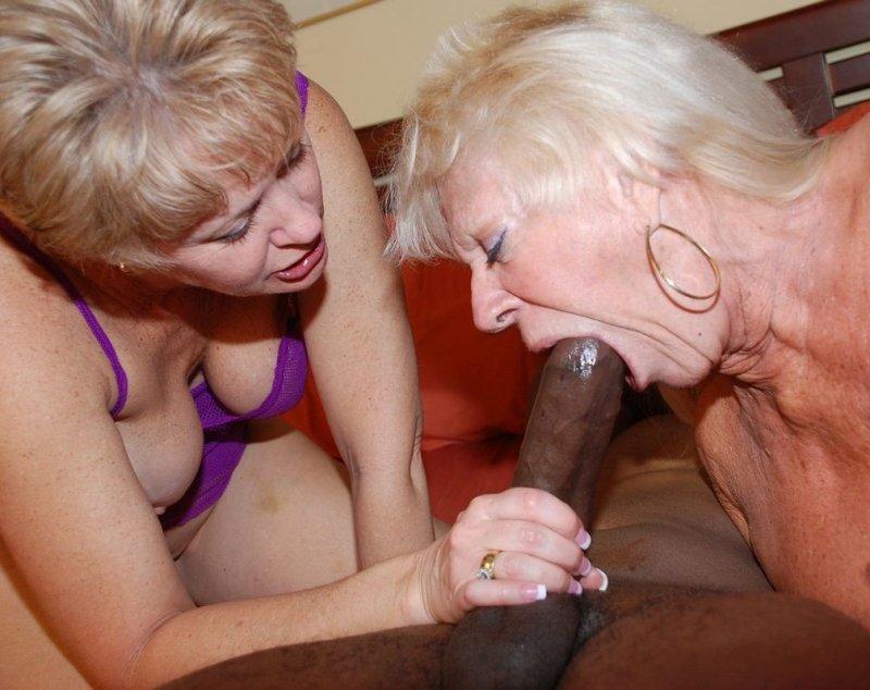 Видео зрелые как делает минет пожилая женщина выебал