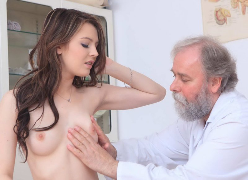 бородатый гинеколог тракхает свою беременную пациентку с большой грудью