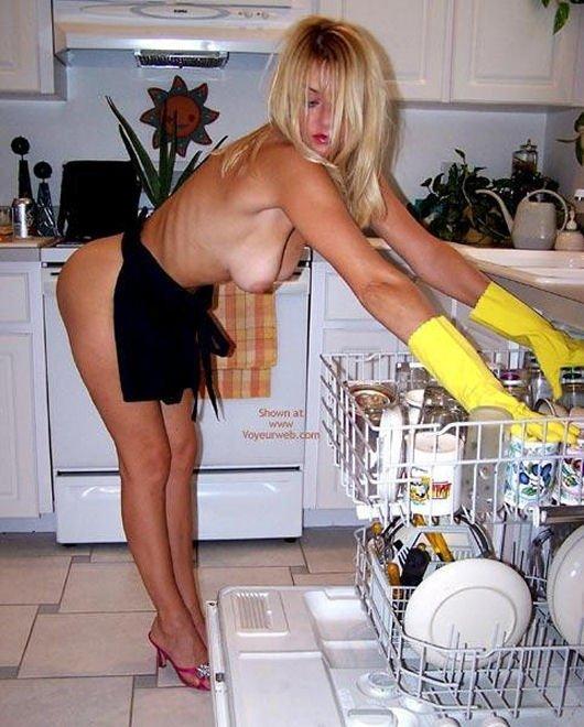 Многие девушки любят заниматься своими домашними делами голенькими. . И ту
