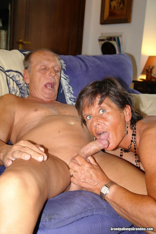 Бабкшка с дедушкой занимаются сэксом