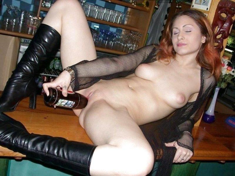 Девушка мастурбирует крупными предметами. Порно и секс видео.