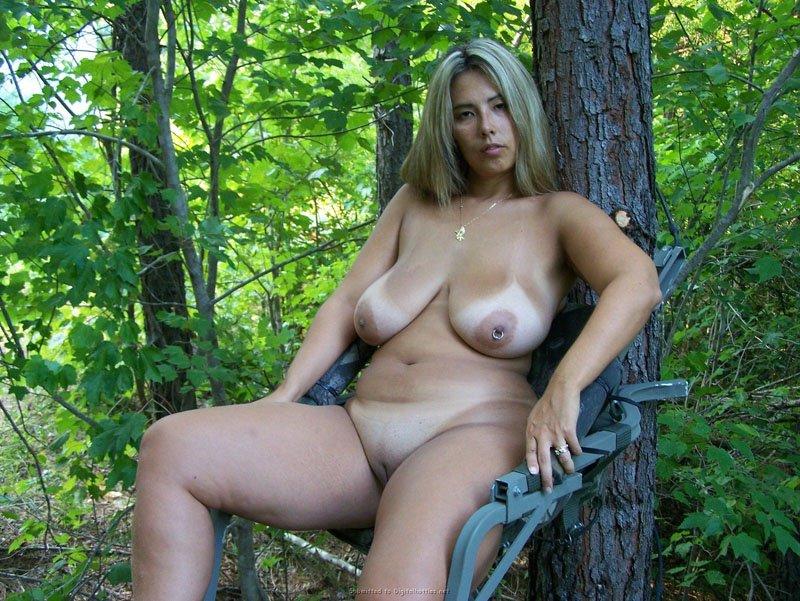 Толстая голая в лесу фото