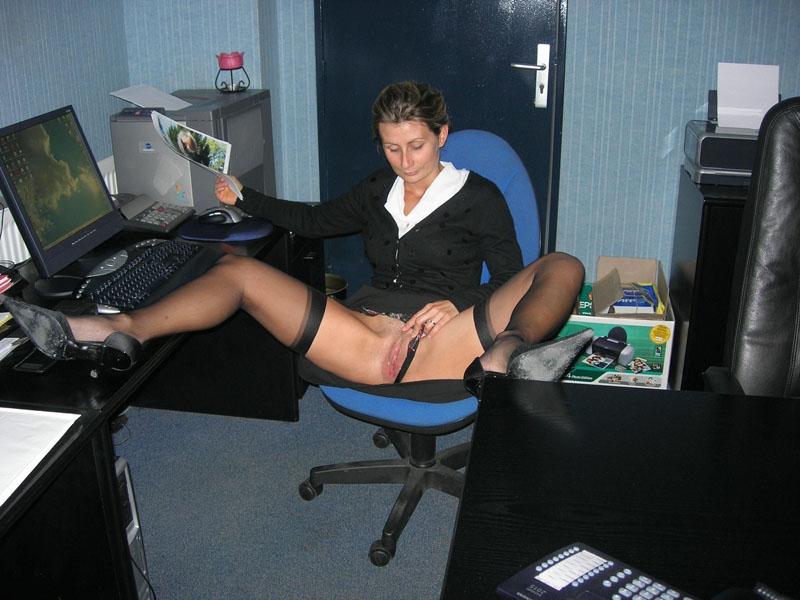 фотография под столом без трусов на работе