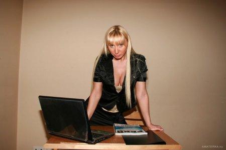 Сексуальная дама показывает свои роскошные сиськи