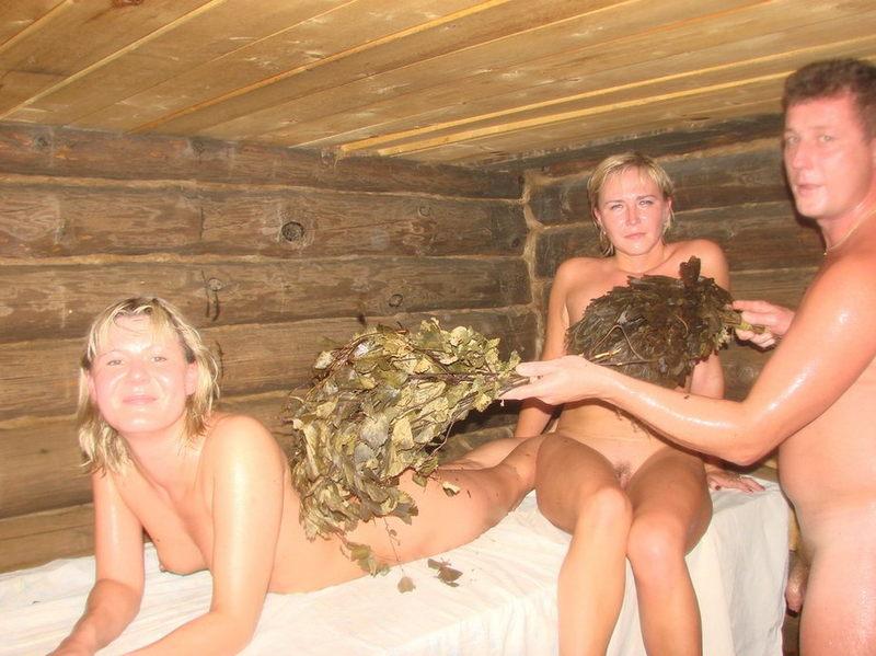 русские мужики развлекаются в сауне