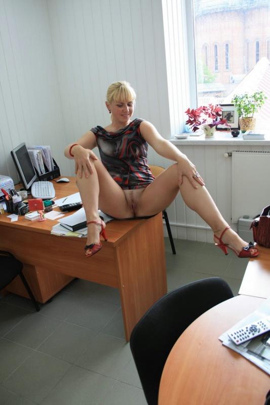 секретарши снимают трусики