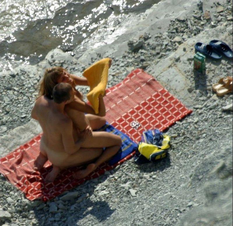 Подборка нудистов на диком пляже через скрытую камеру ...
