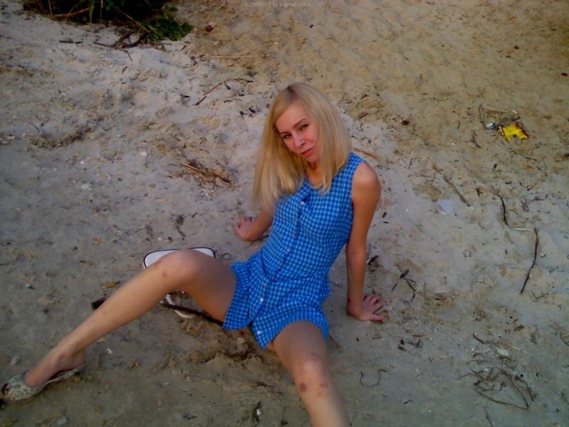 Две девушки загорают на диком пляже