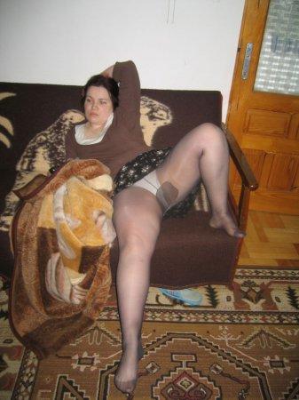 Толстенькая подруга эротично позирует в колготках и чулках